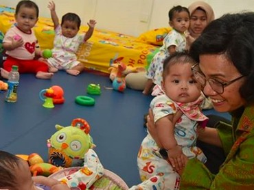 Peluk hangat Sri Mulyani untuk anak-anak. Melihat kedekatan Ibu Menteri dengan anak-anak, hati jadi adem ya, Bunda? (Foto: Instagram/ @smindrawati)