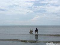 Sesajen pun dilarung ke laut (Abdy/detikTravel)