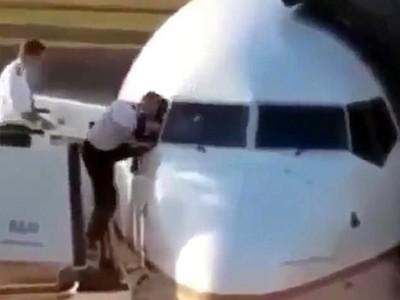 Lupa Bawa Kunci, Pilot Ini Masuk Kokpit Lewat Jendela