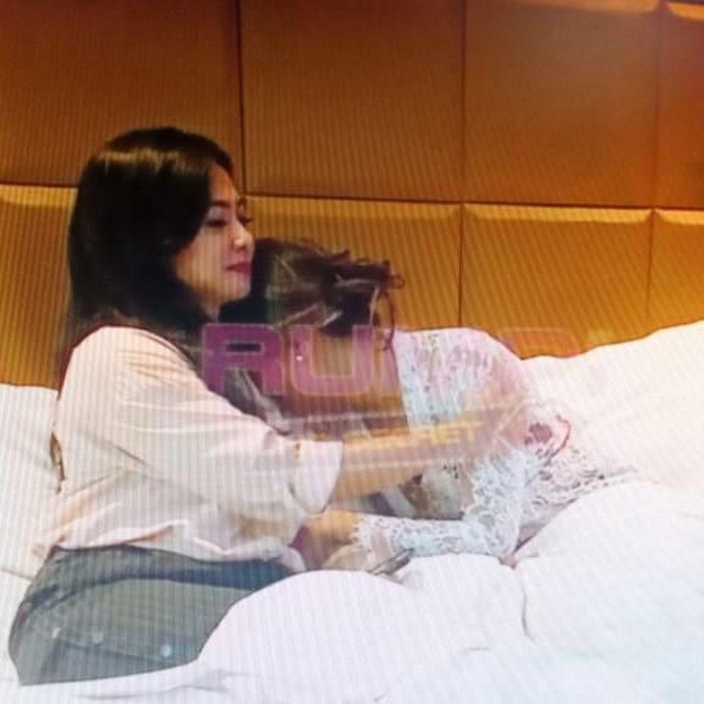 Nangis Sesenggukan, Vanessa Angel Rindu dan Ingin Dipeluk Almarhumah Ibu