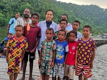 Saat Sri Mulyanimenghabiskan waktu bareng anak-anak di Raja Ampat. Sukses bikin hati adem! (Foto: Instagram/ @smindrawati)