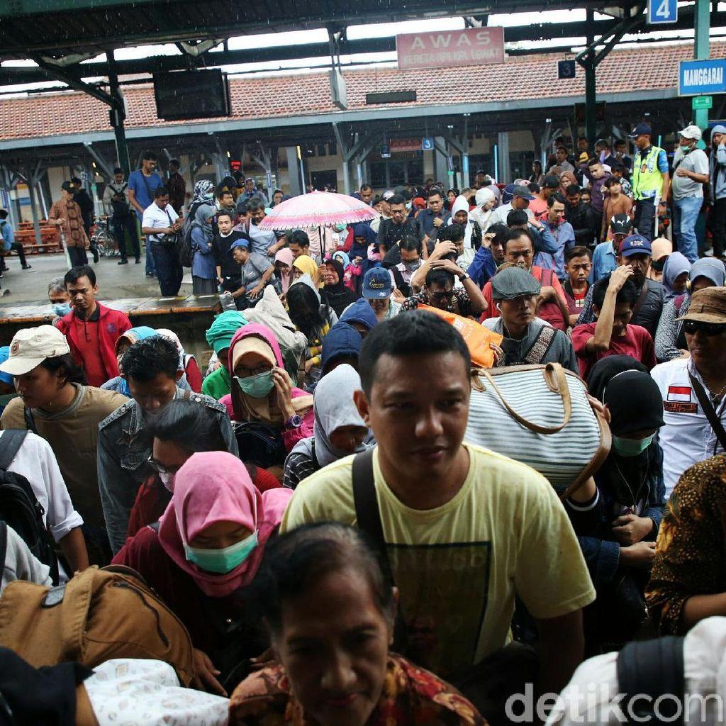 Suasana Stasiun Manggarai Jelang Penutupan Jalur 10