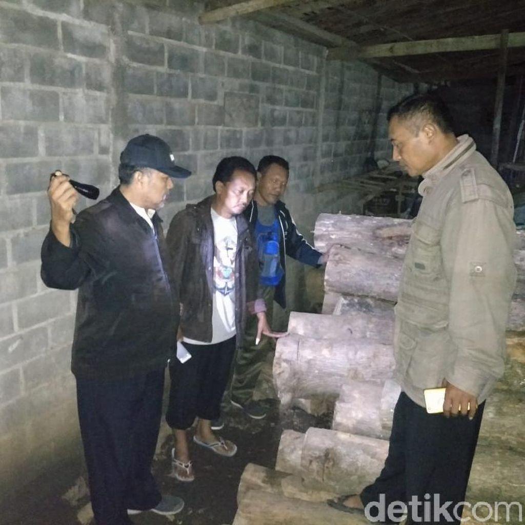 Puluhan Batang Kayu Jati Ilegal Diamankan dari Rumah Warga Blitar
