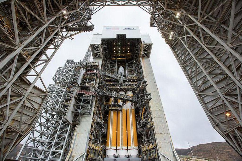 Inilah satelit mata-mata terbaru Amerika Serikat bernama NROL-71 yang digendong oleh roket United Launch Alliance (ULA) Delta IV. Tampak ia sedang dopersiapkan di landasan di Vandenberg Air Force Base di California. Foto: Flickr