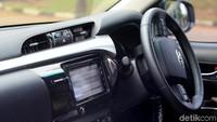 Tidak hanya kokoh bagian luar saja, Toyota Hilux juga kaya akan fitur. Mulai dari lapisan kulit yang cantik di bagian doortrimnya sampai fitur keamanan berkendara.