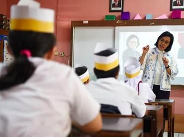 Aih, serunya saat Sri Mulyani mengisi waktu belajar anak-anak di kelas. (Foto: Instagram/ @smindrawati)