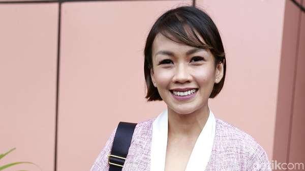 Melanie Putria Cerai, Pose Dua Jari Iqbaal Ramadhan