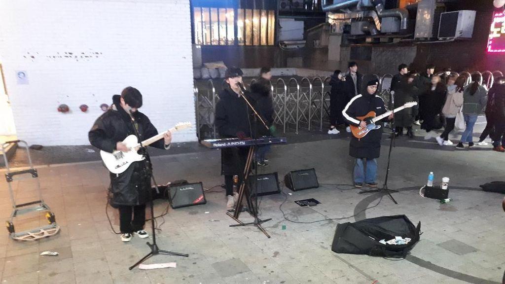 Menikmati Musisi Jalanan Korea Beraksi di Hongdae