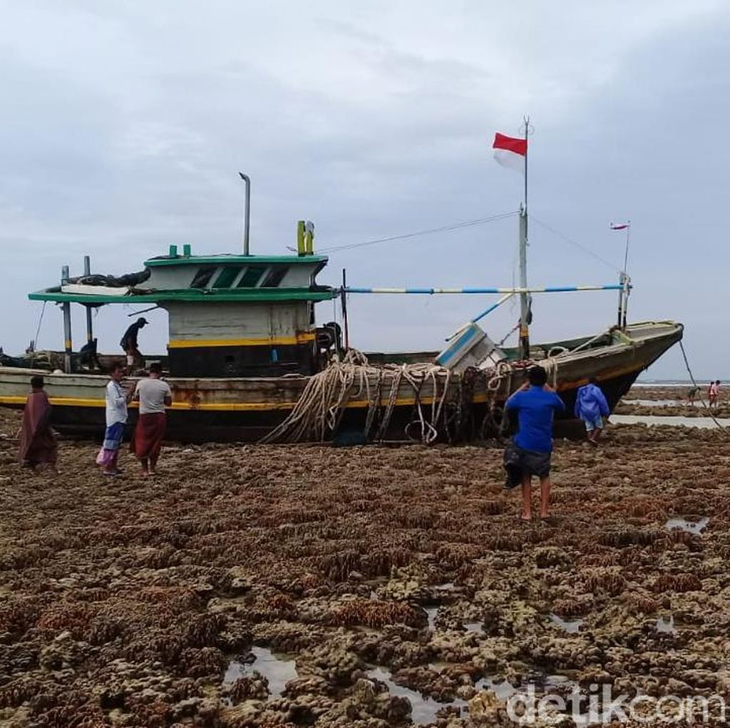 Tabrak Karang, Kapal Pencari Ikan Tenggelam di Selat Madura