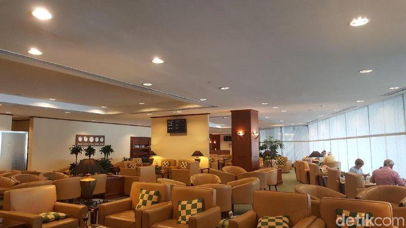 Lounge yang lega dengan deretan sofa-sofa nyaman. Interiornya bertema kayu dan warna pastel. Ada jejeran bangku yang menghadap ke gates dan landasan (Fitraya/detikTravel)