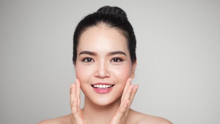 Pijat wajah selama 90 detik bisa membuat terlihat lebih muda. Foto: shutterstock