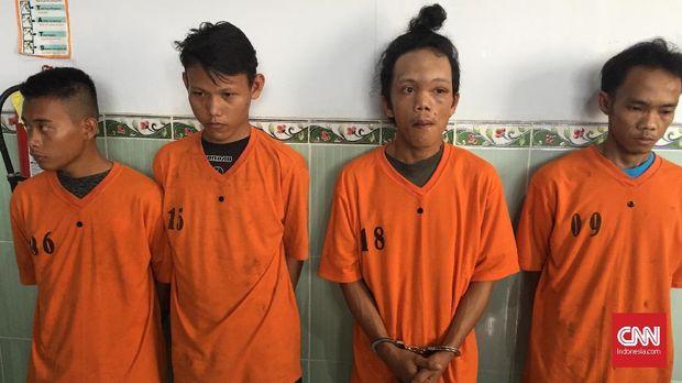 Empat tersangka kasus pembunuhan permepuan yang ditemukan hangus di tengah sawah di Ogan Ilir.