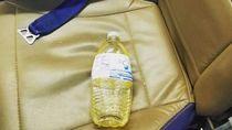 Jijik! Traveler Ini Tinggalkan Botol Air Kencing di Pesawat