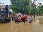 Video: Evakuasi Lansia dan Balita Korban Banjir di Makassar