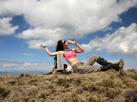 Pendaki Gunung Berbikini yang Jadi Sensasi Tewas Setelah Jatuh ke Jurang