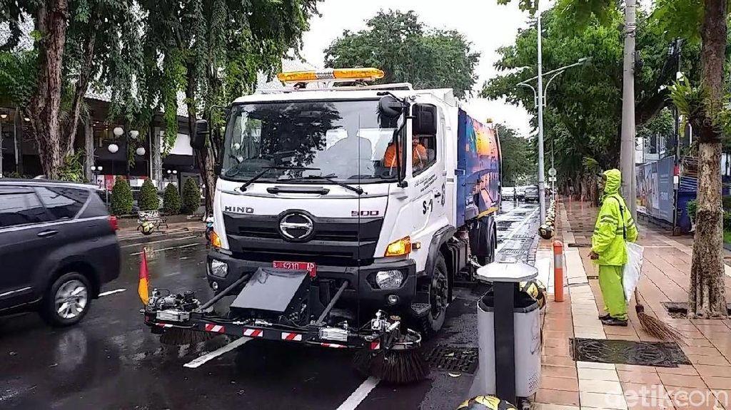 Bersihkan Rontokan Pohon Tumbang, Truk Pembersih Jalan Dikerahkan