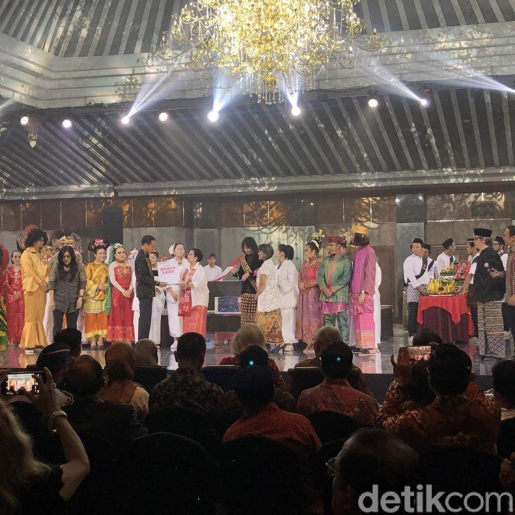 Megawati Beri Buku The Brave Lady dan Potongan Tumpeng Pertama ke Jokowi-JK