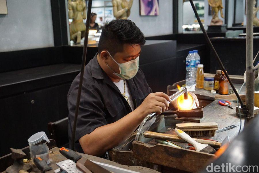 Kamu bisa melihat bagaimana para pekerja membuat ragam perhiasan. (Syanti/detikTravel)