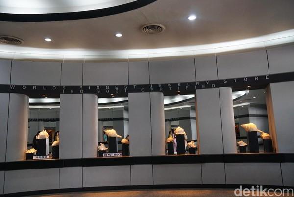 Memasuki pintu galeri, traveler akan disambut oleh tulisan World Biggest Jewelry Store. Di bawahnya pun terdapat beberapa kerang mempercantik tulisannya. (Syanti/detikTravel)