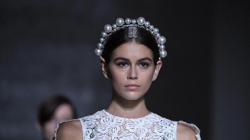 Bermahkota Mutiara, Kaia Gerber Memesona Bak Ratu di Paris Fashion Week