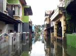 Relawan Evakuasi Ibu Hamil di Makassar yang Terkepung Banjir