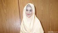 Cut Meyriska dengan penampilan barunya dengan hijab syari.Pool/Palevi S/detikFoto.