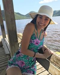 Gaya santai Ana ketika liburan (anapaulacespedes/Instagram)