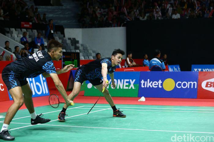 Fajar Alfian/Muhammad Rian Ardianto berusaha menjangkau shuttlecock saat melawan Lee Jhe-Huei/Yang Po-Hsuan.
