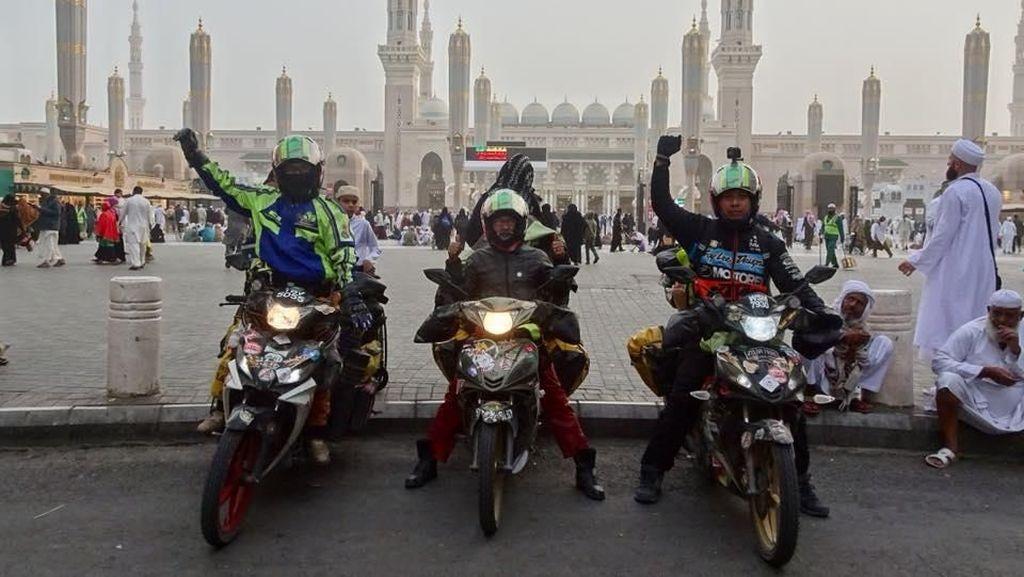 Kisah Tiga Rider Malaysia Umrah Pakai Motor Bebek