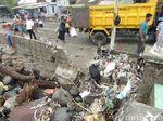 Gelombang Pasang di Sumbawa NTB Sisakan Sampah
