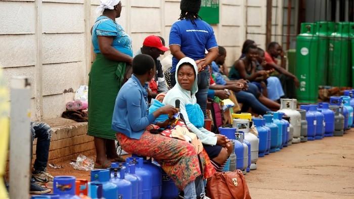 Krisis ekonomi menghimpit kehidupan warga Zimbabwe. Negara itu menjadi negara dengan harga BBM tertinggi di dunia. Namun, BBM justru langka disana.