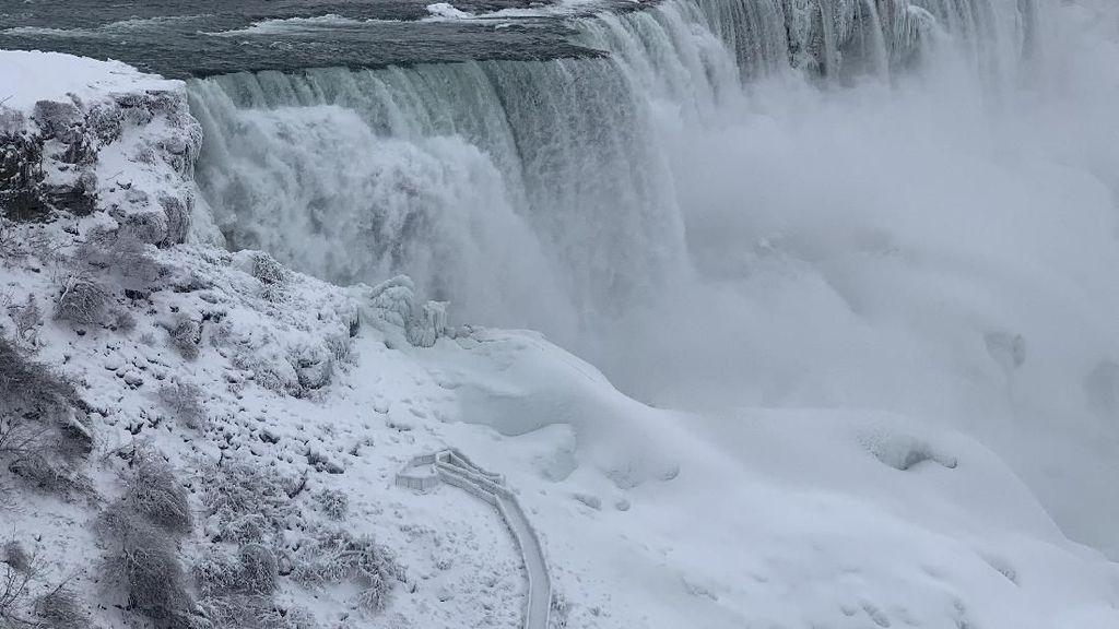 Saat Air Terjun Niagara Membeku