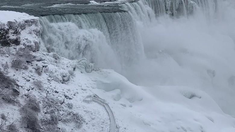 Air Terjun Niagara yang tampak membeku (Moe Doiron/Reuters)