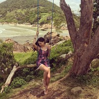 Asyik main ayunan berlatar pantai di Florianopolis, Santa Carina, Brasil (anapaulacespedes/Instagram)