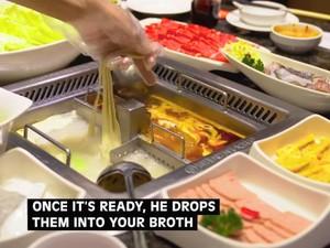 Unik! Karyawan di Restoran Ini Sajikan Mie dengan Cara Menari