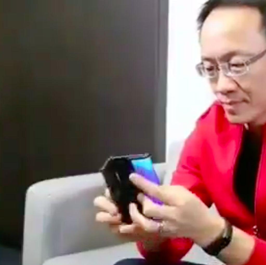 Bos Xiaomi Pamer Ponsel Layar Lipat Ganda