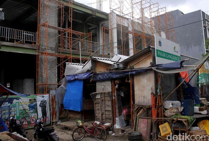 Proses revitalisasi Pasar Gang Kancil terkendala persoalan kepemilikan lahan. Akibatnya, hingga kini proses pembangunan pasar itu tak kunjung kelar.