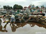 Gelombang Pasang Rusak 26 Perahu Nelayan Situbondo, 1 Orang Hilang