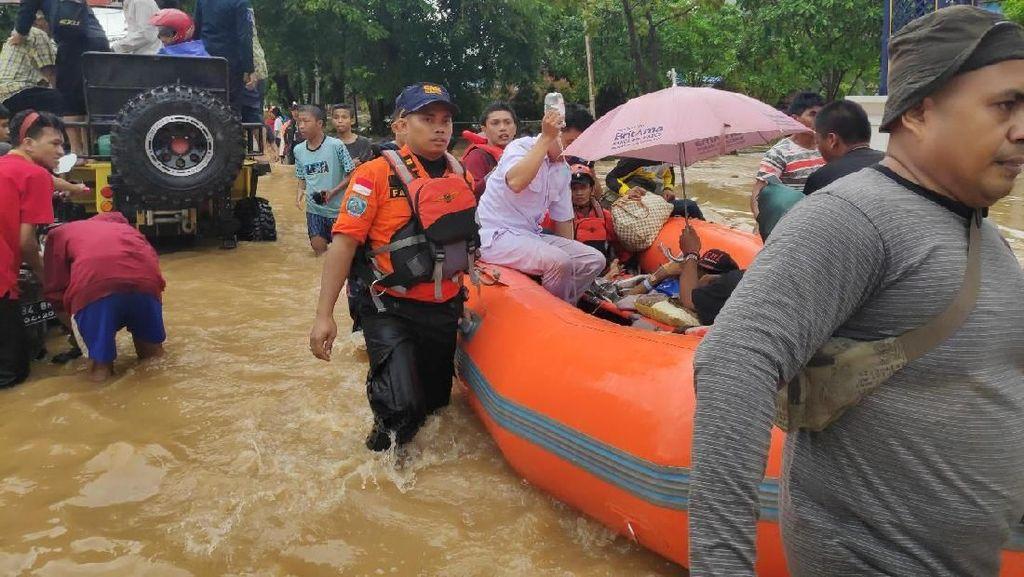 Paniknya Warga Makassar Dihantam Banjir Besar