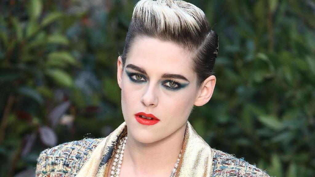Kristen Stewart Makin Androgini, Gayanya di Show Chanel Ini Buktinya