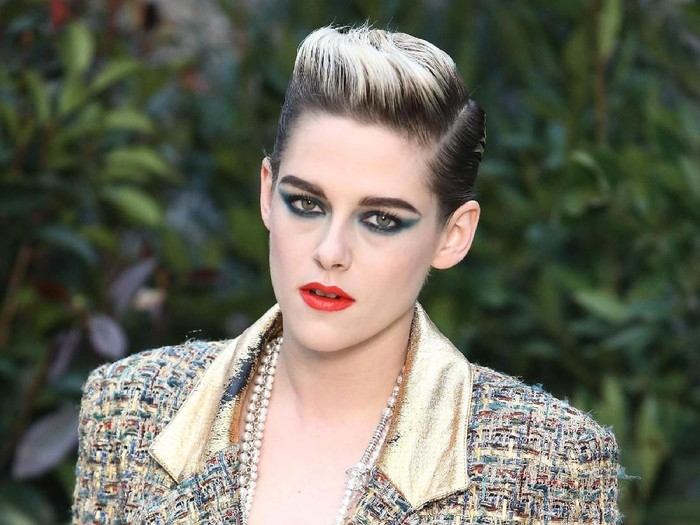 PARIS, FRANCE - JANUARY 22:  Kristen Stewart attends the Chanel Haute Couture Spring Summer 2019 show as part of Paris Fashion Week on January 22, 2019 in Paris, France.  (Photo by Pascal Le Segretain/Getty Images)