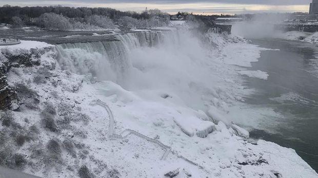 Air Terjun Niagara Membeku Karena Cuaca Ekstrem
