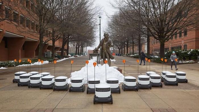 Armada robot pesan antar di Universitas George Mason. (Foto: dok. Starship Technologies)