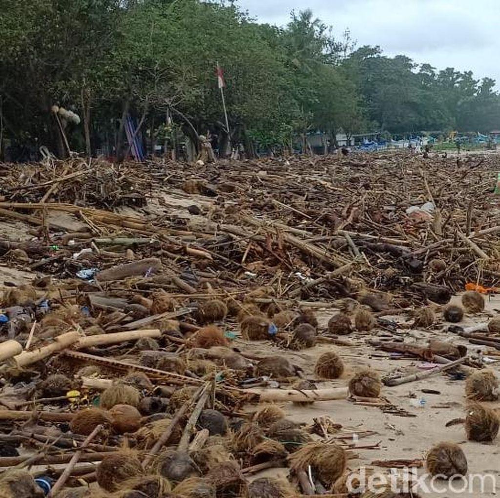 Melihat Sampah Menggunung di Pantai Kuta