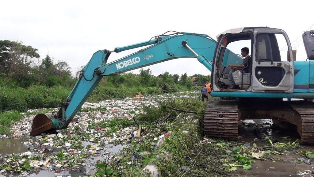 Sampah di Kali Cibalok Bekasi Mulai Dikeruk, 3 Truk Dikerahkan