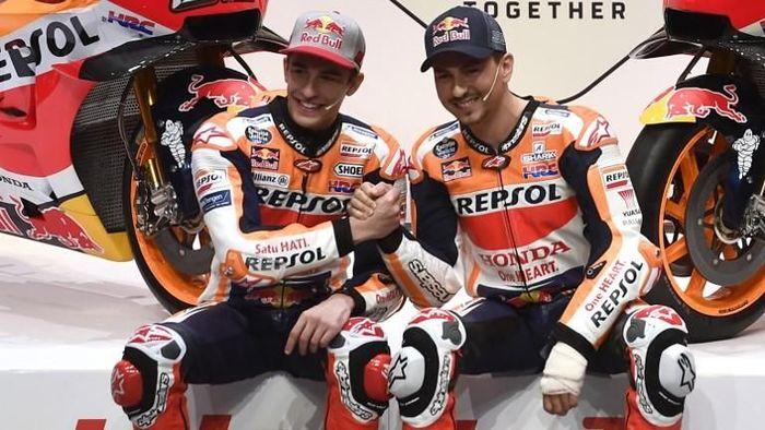 Repsol Honda Teams Spanish MotoGp riders Marc Marquez (L) and Jorge Lorenzo  attend the presentation of the new Repsol Honda team in Madrid on January 23, 2019. (Photo by PIERRE-PHILIPPE MARCOU / AFP)