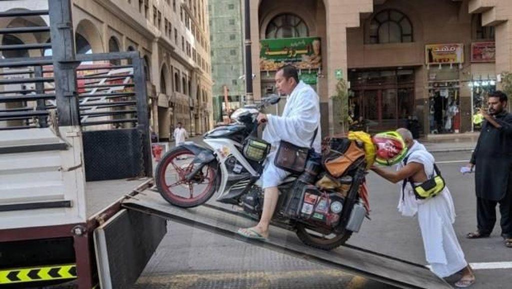 Ibadah Umrah, Motor 3 Rider Malaysia Diangkut ke Truk