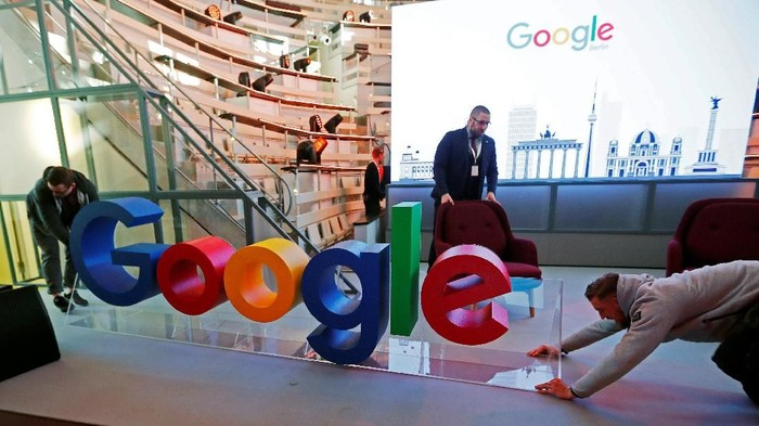 Workers move a Google logo during the opening of the new Alphabets Google Berlin office in Berlin, Germany, January 22, 2019. REUTERS/Hannibal Hanschke