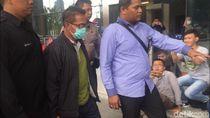Pakai Masker, Bupati Mesuji yang Kena OTT Tiba di KPK