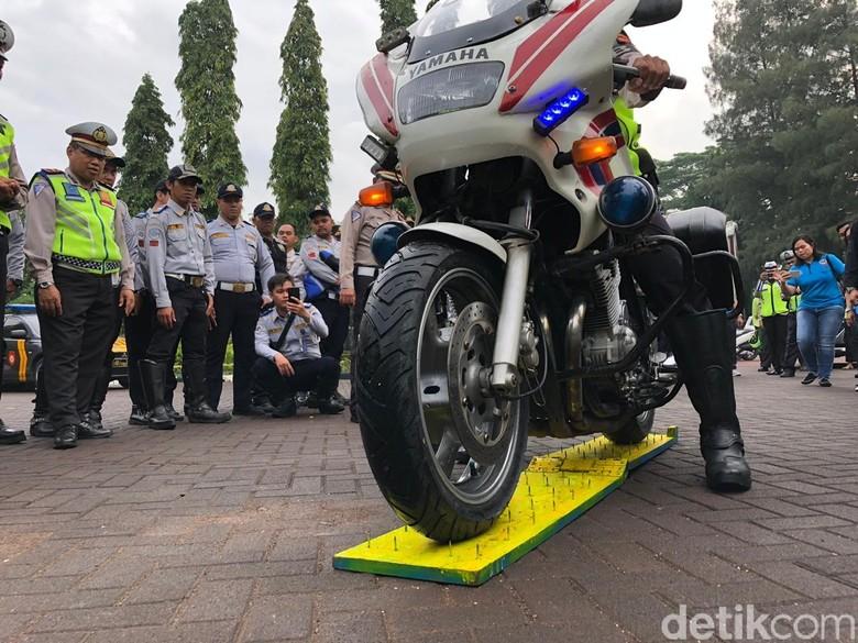 Ban Motor Polisi Dicoba Lewat Ranjau Paku. Foto: Luthfi Anshori